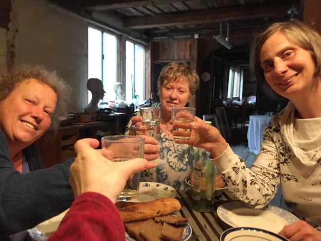 """""""Carpe Diem"""" Heike Zillmann, Christina Raasch, Manuela Zühr (Hand) und Johanna Martin stärken sich zu Beginn der Arbeitsbesprechung in der Alten Seilerei Oderberg"""